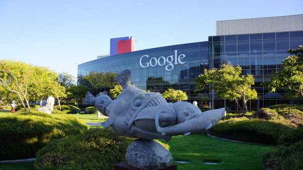 Googleplex. Takto vypadá velitelství Googlu v Mountain View v Kalifornii.