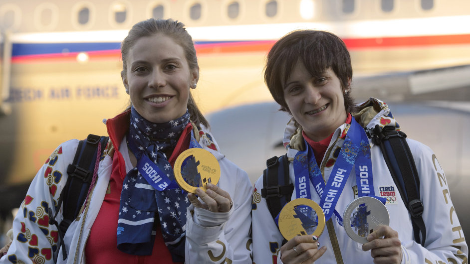 Eva Samková (vlevo) a Martina Sáblíková.
