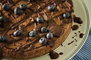 Nepečený čokoládový dort s borůvkovou ozdobou podle Martiny Benové