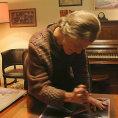Jarmila �apkov� ve filmu pln� man�elovo p��n� a roz�ez�v� stovky jeho obraz�.