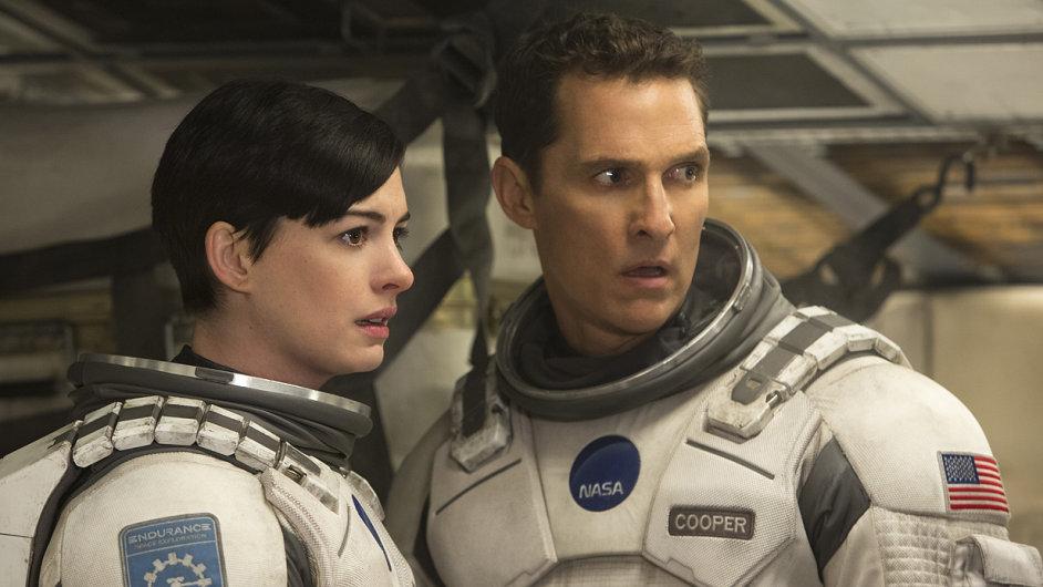 Hlavní role ztvárnili Anne Hathawayová a Matthew McConaughey.