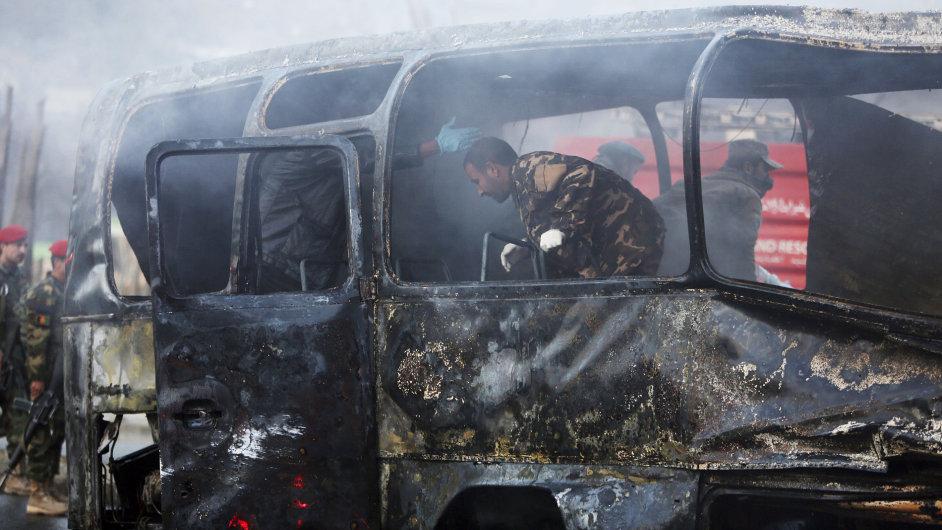 Atentátník Tálibánu zaútočil na autobus afghánských vojáků.
