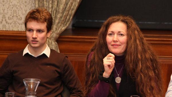 Tom� Zahradn�k (vlevo) a Ta��na le Moigne na konferenci o mimo�koln�m vzd�l�n�.