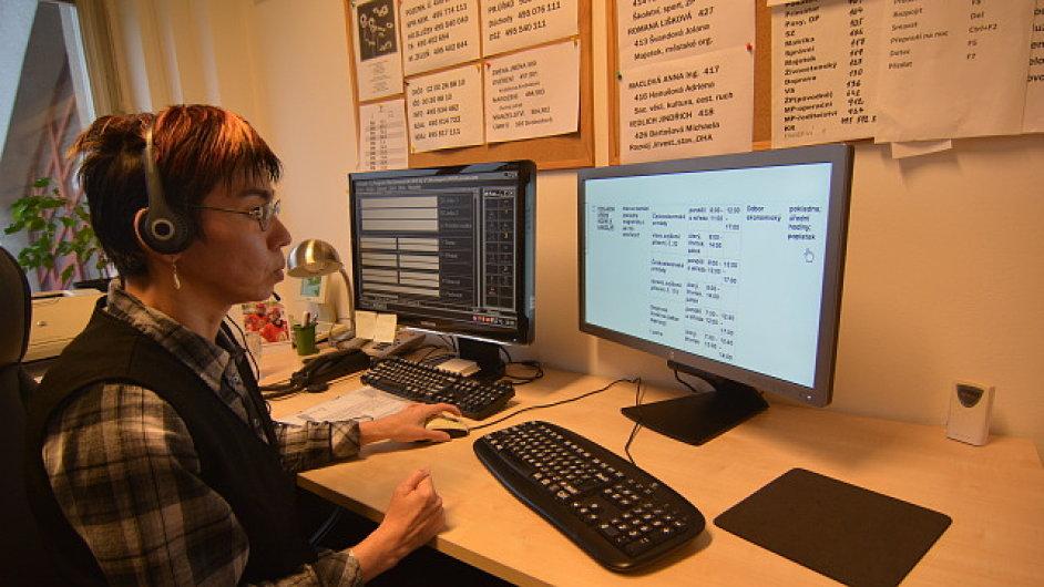 Operátorka v komunikačním centru