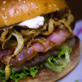 Pod�vejte se, jak v bistru Dish p�ipravuj� sv�j jedine�n� burger