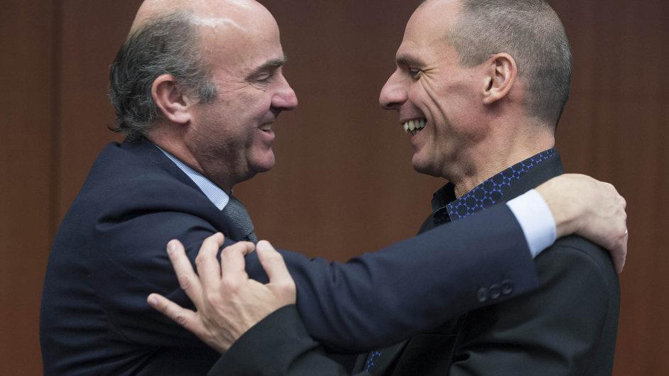 Španělský ministr financí Luis de Guindos (vlevo) prosazuje, aby Řecko splnilo podmínky mezinárodní pomoci. Na fotce se svým řeckým protějškem Janisem Varufakisem.