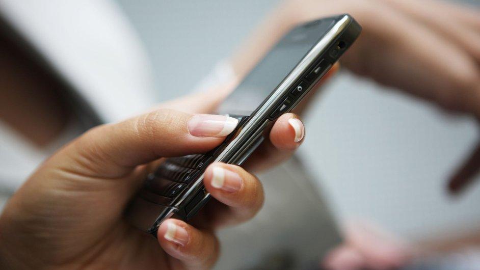 Mobil. Volání. Ilustrační foto