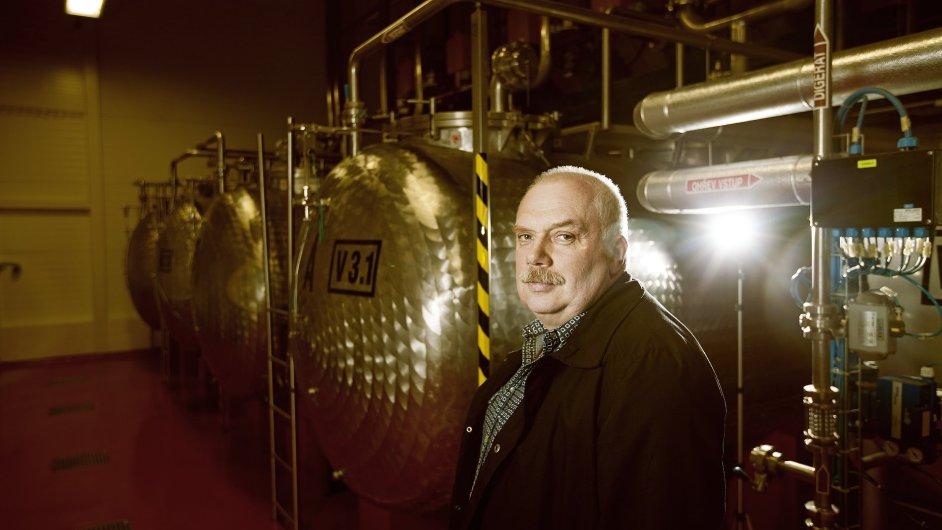 Bohuslav Pich každou středu míchá zhruba 1,5 tuny bylin, které jsou třeba pro výrobu týdenní produkce Karlovarské Becherovky.