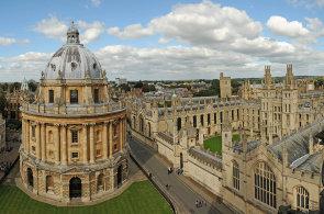 Omezené financování školství nutí britské univerzity hledat alternativní cesty k zisku peněz. Oxfordská univerzita tak vydá své první dluhopisy.