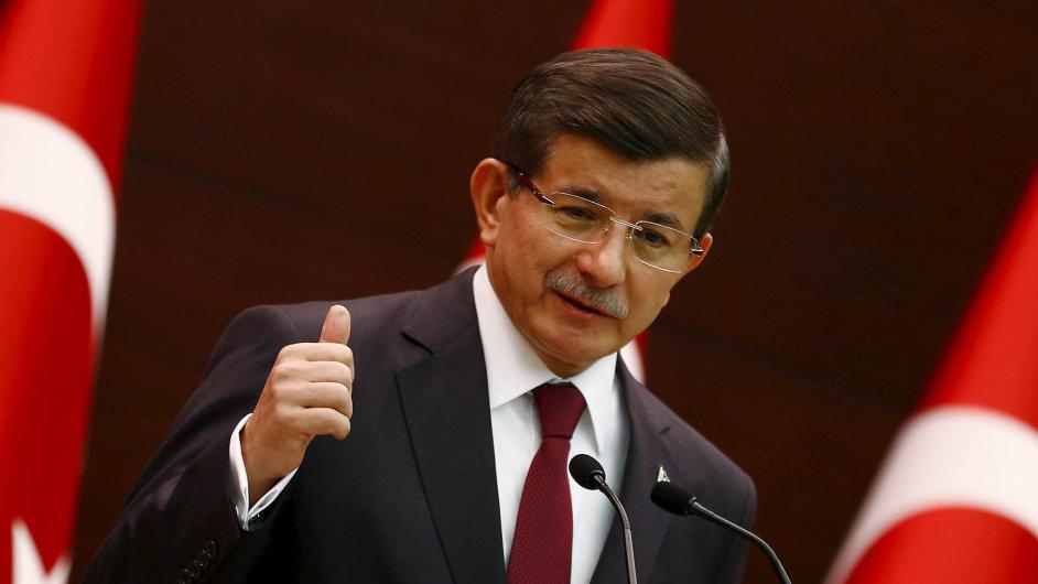Pověřený premiér. Ahmet Davutoglu z AKP bude řídit prozatímní vládu do voleb.