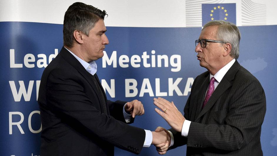 Chorvatský premiér Zoran Milanović a šéf Evropské komise Jean-Claude Juncker při jednání o uprchlické krizi.