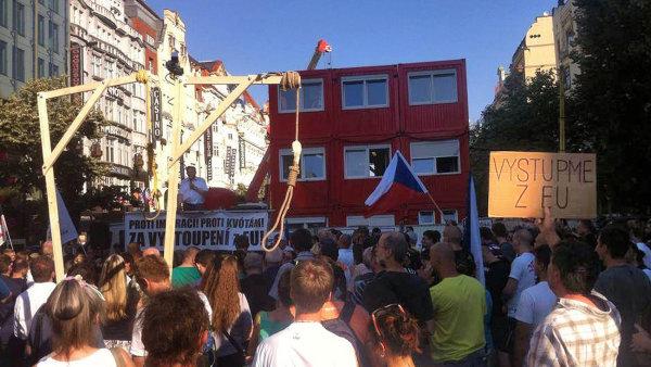 Žena se snažila blokovat demonstraci, na niž účastníci přinesli šibenice - Ilustrační foto.