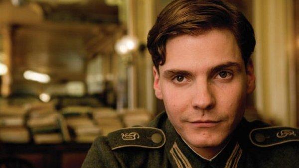 Daniel Brühl účinkoval ve filmech Good Bye, Lenin! i Hanebný pancharti.