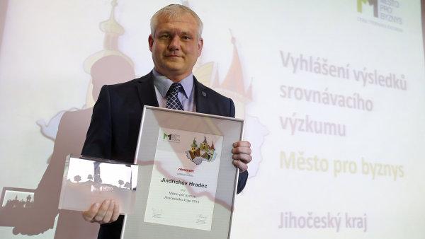 Jindřichův Hradec se stal Městem pro byznys Jihočeského kraje, ocenění přebírá místostarosta Bohumil Komínek.