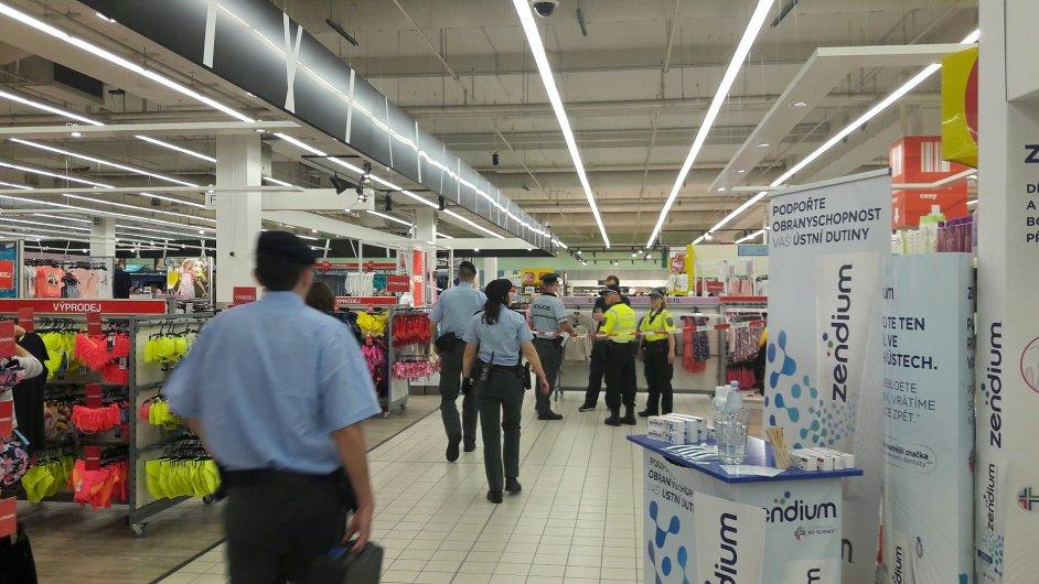 Při potyčce v pražském obchodním centru zemřela žena.
