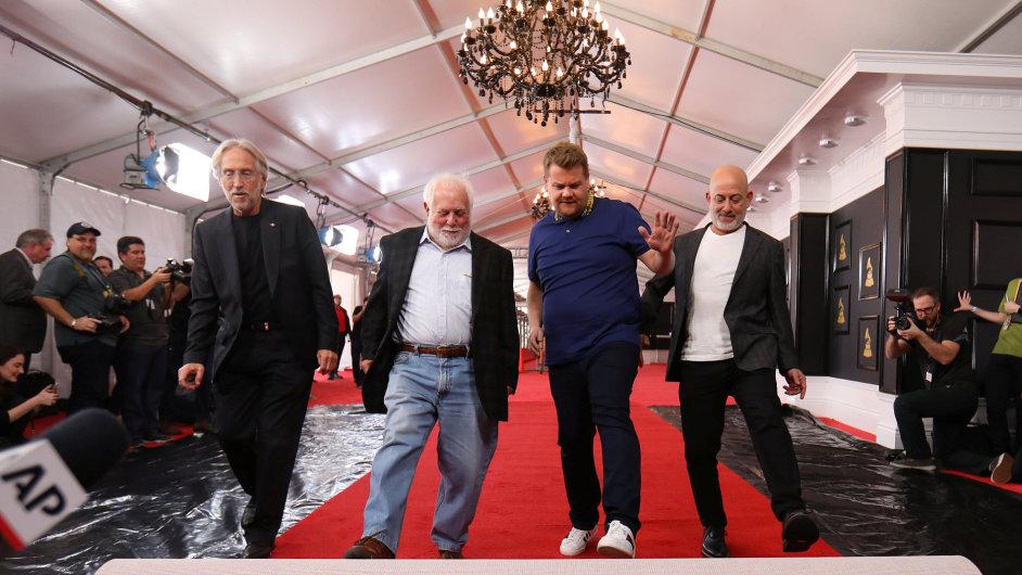 Šéf udílející hudební akademie Neil Portnow, producent večera Ken Ehrlich, moderátor James Corden a Jack Sussman ze stanice CBS připravují červený koberec na nedělní udílení Grammy.