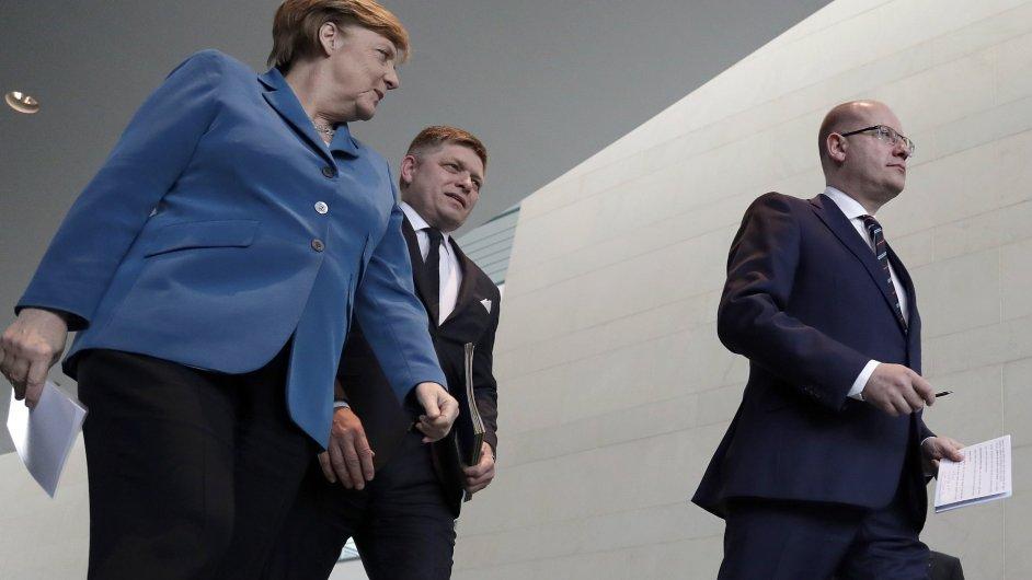 Německá kancléřka Angela Merkelová, slovenský premiér Robert Fico a český premiér Bohuslav Sobotka při vzájemném jednání v Berlíně.