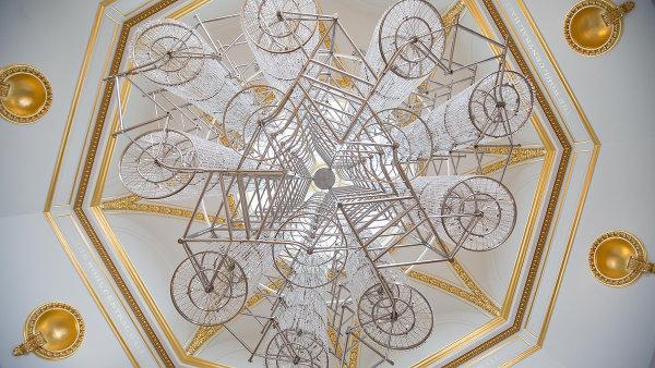 Ajovu instalaci Bicycle Chandelier viděli návštěvníci jeho výstavy v Royal Academy of Arts v Londýně.