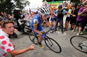 Tour de France je sice závod, ale také obří cirkus pro (občas) bláznivé fanoušky
