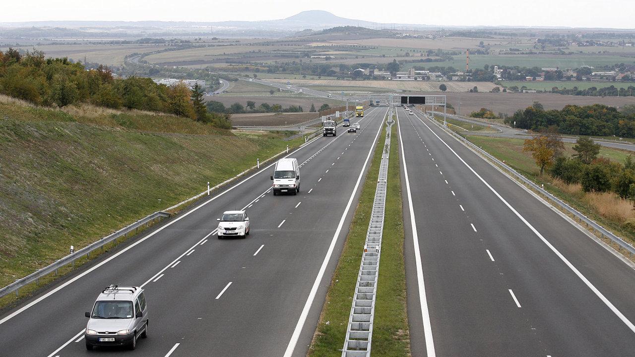 Volební speciál iHNed - Ústecký kraj. Na snímku nový úsek dálnice D8 u Lovosic mezi Lovošem a Košťálovem. V pozadí Říp