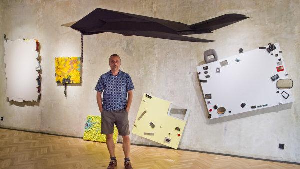 Na snímku ze středečního představení výstavy v pražské Smetana Q je výtvarník Jiří Černický před svým dílem.