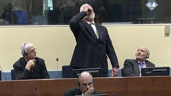 Bývalý generál Slobodan Praljak vytáhl z kapsy lahvičku a její obsah vypil.