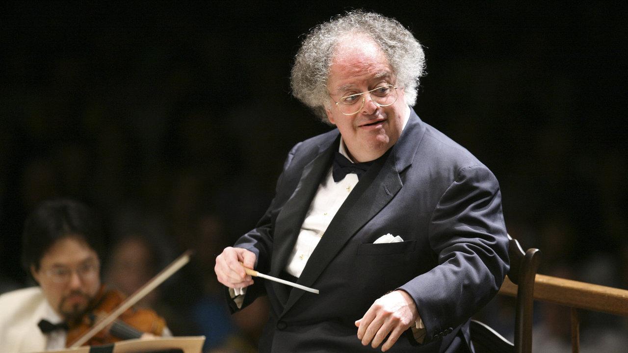 Na archivním snímku z července 2006 je dirigent James Levine při koncertu Boston Symphony Orchestra.