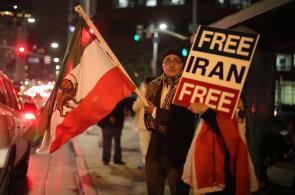 Desetitisíce Íránců protestují. Demonstrace si vyžádaly minimálně 23 mrtvých a stovky zatčených