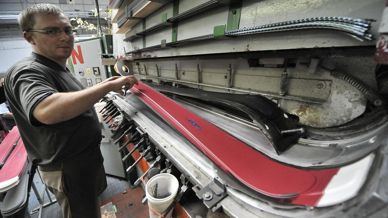 Výroba lyží značky Sporten.