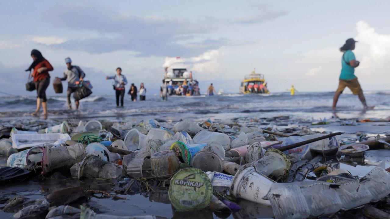 Plast vyplavený na pláži ve městě Sanur na Bali