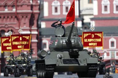 Ruské oslavy konce druhé světové války provázela pompézní přehlídka. V Moskvě pochodovalo 13 tisíc vojáků