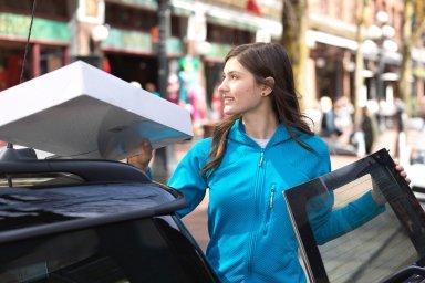 Balíkové služby a e-shopy hledají alternativní způsoby doručení.