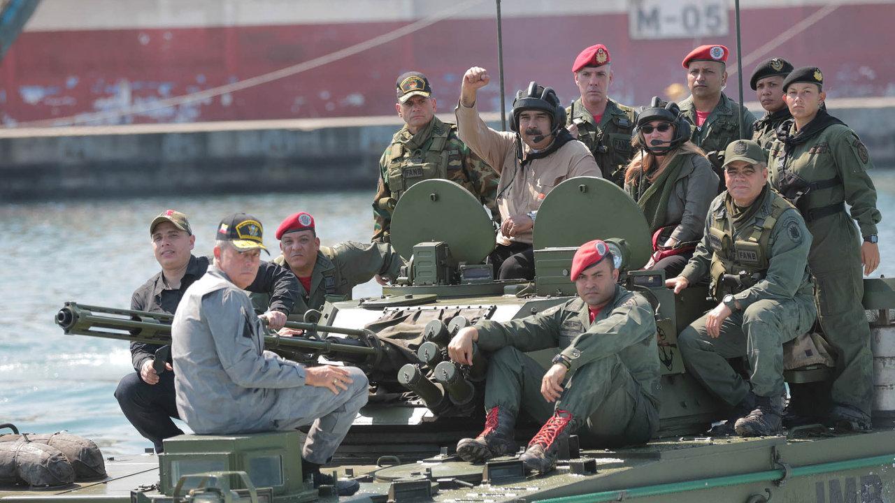 Manželé natanku: Klíč kdalšímu vývoji situace veVenezuele drží armáda. Prezident Nicolás Maduro si chce udržet její loajalitu (nasnímku smanželkou Cilií Floresovou avojáky).
