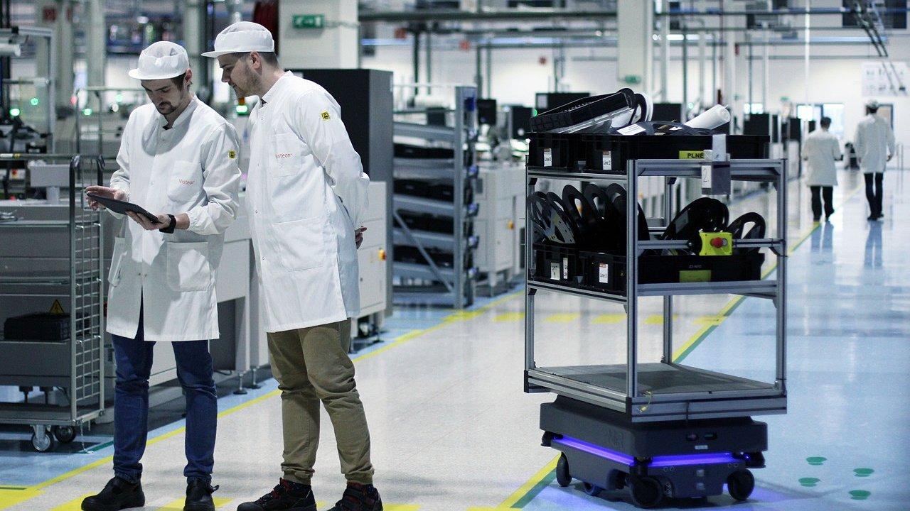 Roboti MiR pracují společně s lidmi při výrobě automobilových dílů.