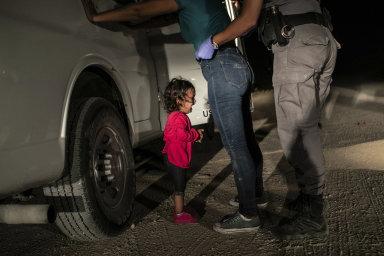 World Press Photo vyhrál snímek dvouleté migrantky zadržené na hranici USA. Čech Hanke skončil druhý ve sportovní kategorii