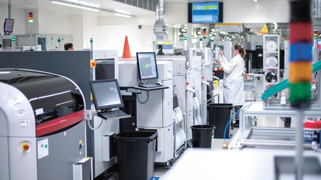 Linka pro pájení tištěných spojů vyžaduje přesný přísun materiálu.