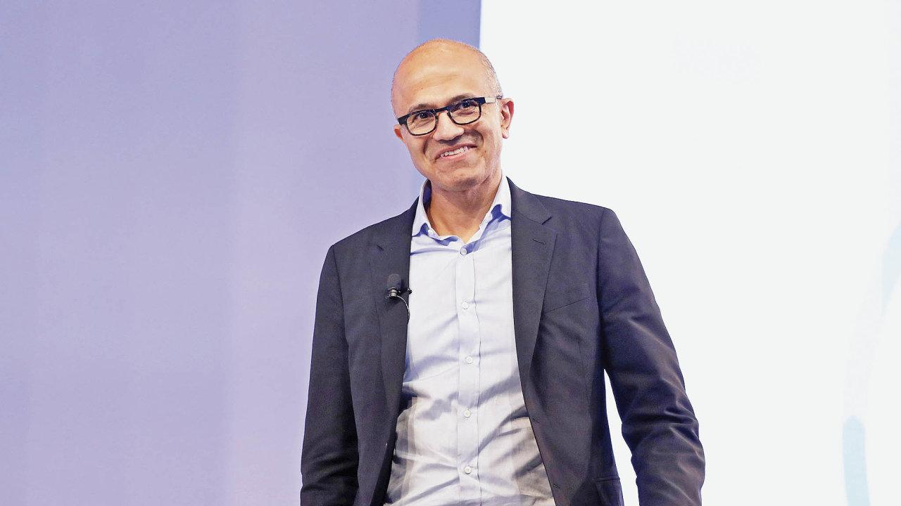 Šéf Microsoftu Satya Nadelladokázal firmu zbavit závislosti naoperačním systému Windows.