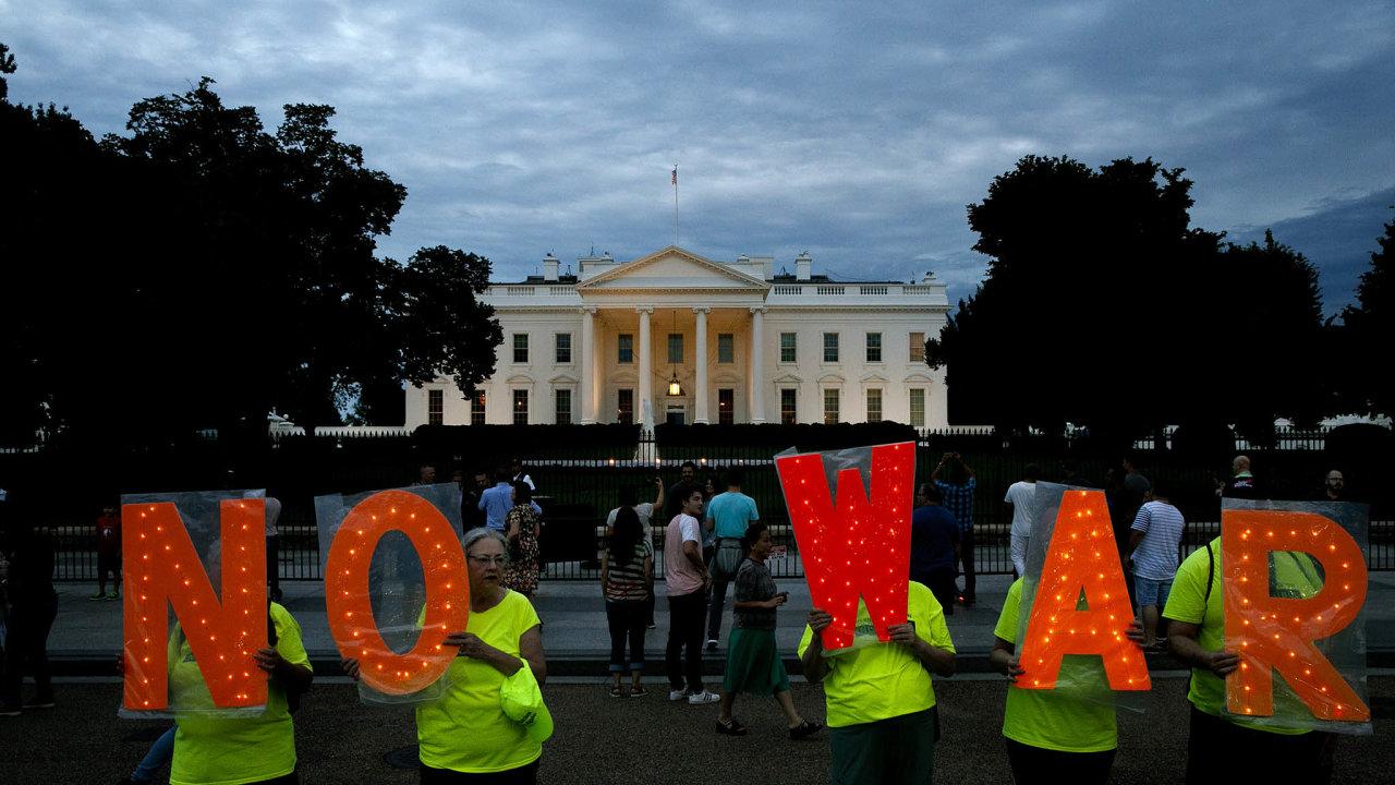 Protesty před Bílým domem. Američané na rozhodnutí vojensky zaútočit na Írán rychle zareagovali, prezident Donald Trump ho ještě vpátek vzal zpět.