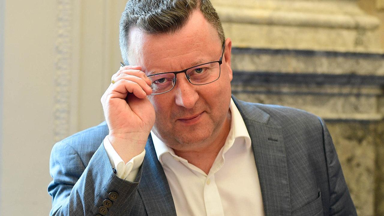 Jedeme dál. Současný ministr Antonín Staněk se chová, jako by na ministerské funkci lpěl. Včera vyhlásil výběrové řízení na nového ředitele Muzea umění Olomouc.