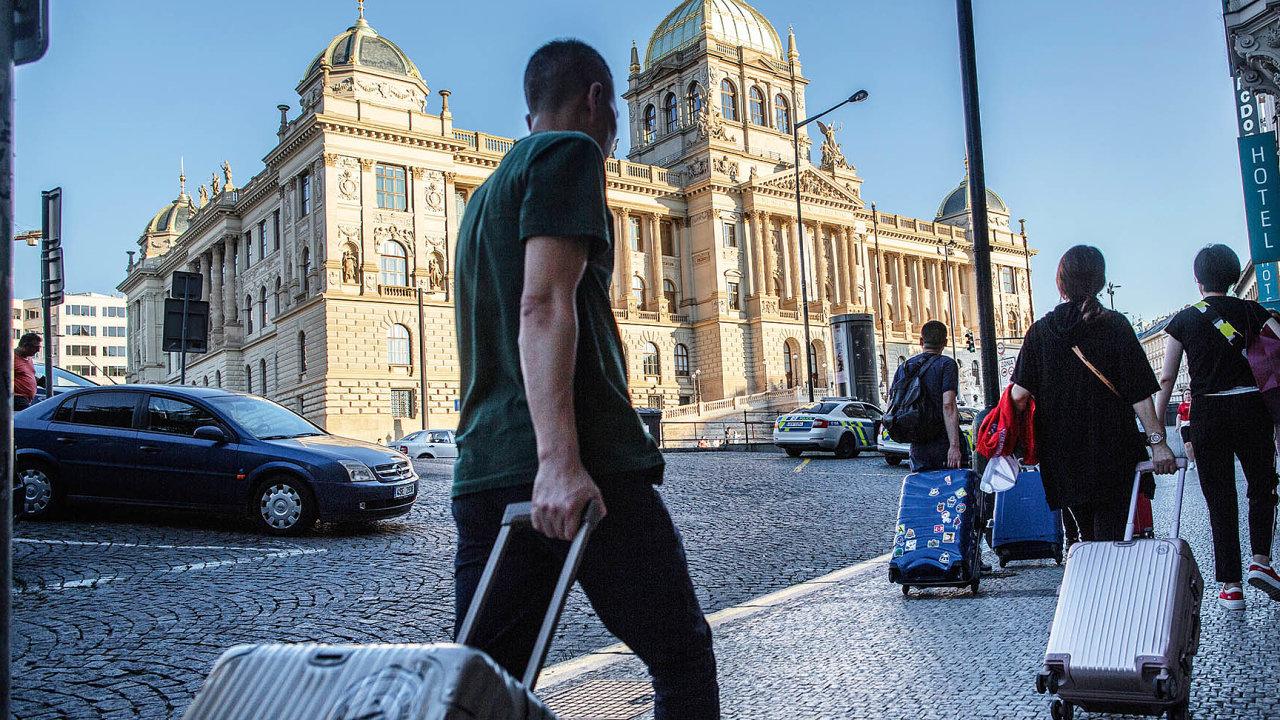 Jen přes Airbnb se vPraze pronajímá kolem 12,5 tisíce bytů, naStarém Městě každý pátý.