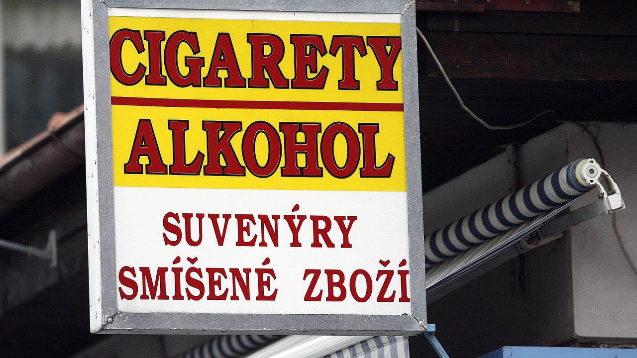 Nekolkované cigarety a alkohol představují podstatnou součást stínové ekonomiky.