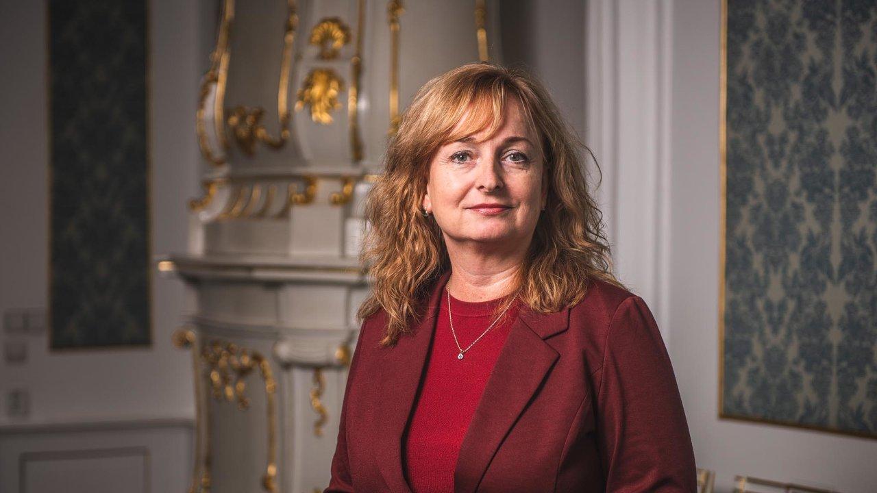 Jednou zpředkladatelek novely antidiskriminačního zákona je poslankyně zahnutí ANO Monika Červíčková, která vroce 2009 založila neziskovou organizaci snázvem Plus 50.