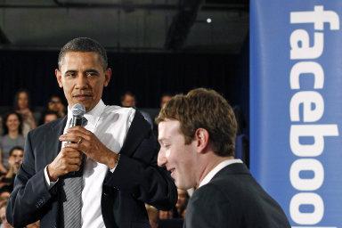 """Podle Baracka Obamy Facebook vytvářel podmínky pro zdravou demokracii. Současní demokraté ale firmu Marka Zuckerberga (vpravo) řadí k""""nástrojům zla""""."""
