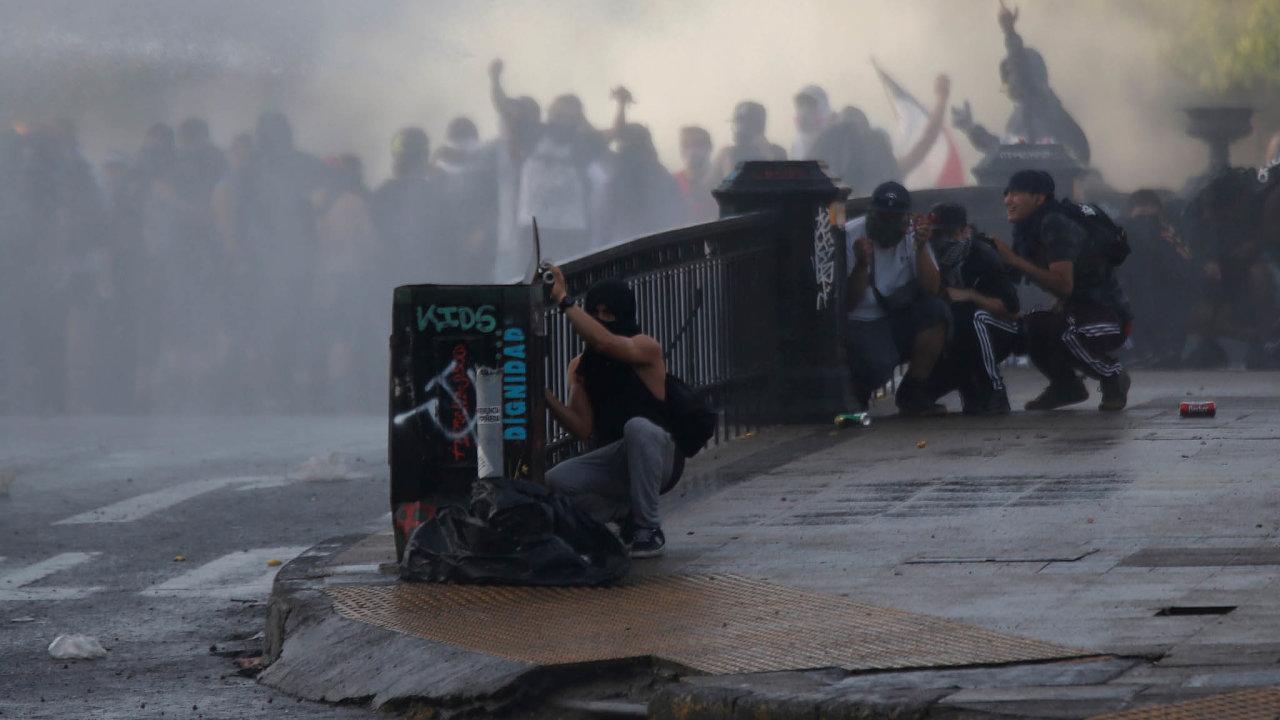 Chile se kvůli protivládním protestům vzdává pořádání konference OSN o změnách klimatu a vrcholné schůzky Rady pro ekonomickou spolupráci Asie a Tichomoří. Oznámil to prezident Sebastián Piňera.