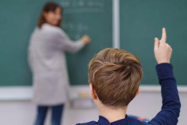Kodborářům se přidal iSvaz průmyslu adopravy, společnými silami chtějí najednáních kabinetu, odborů azaměstnavatelů přimět vládu splnit původní slib přidat učitelům 15 procent.