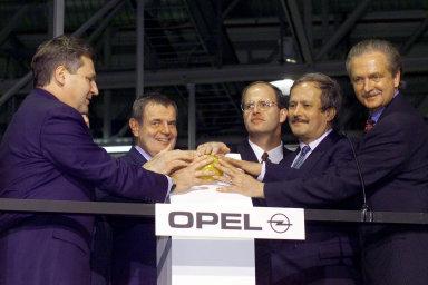 """Byla to velká sláva. Automobilka vGliwicích byla postavena """"nazelené louce"""" za 22měsíců. Ujejího otevření byl koncem října 1998 přítomen tehdejší polský prezident Aleksander Kwaśniewski (první zleva)."""
