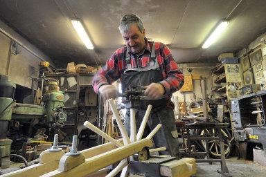 Augustin Krystyník dokázal výrobu dřevěných kol zdokonalit. Například naseřezávání paprsků kola používá vlastní měřidla. Nafotce ukazuje, jak paprsky seřezává ručně.