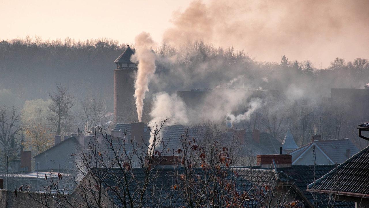 Dotace jsou účinnější: Počet kotlů znečišťujících vzduch se snižuje. Spíš než úřední kontroly tomu napomáhají kotlíkové dotace.