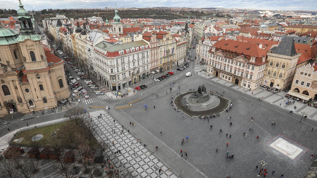 Poslední dobou je naStaroměstském náměstí méně lidí. Mnoho turistů doČeska nejezdí kvůli obavám zkoronaviru.