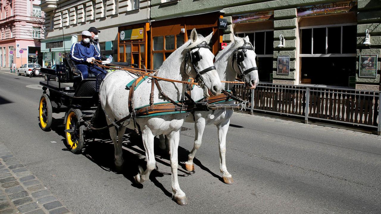 Vídeňské fiakry zatím nemají koho vozit. Atak prázdnými ulicemi rozvážejí aspoň jídlo zrestaurací.